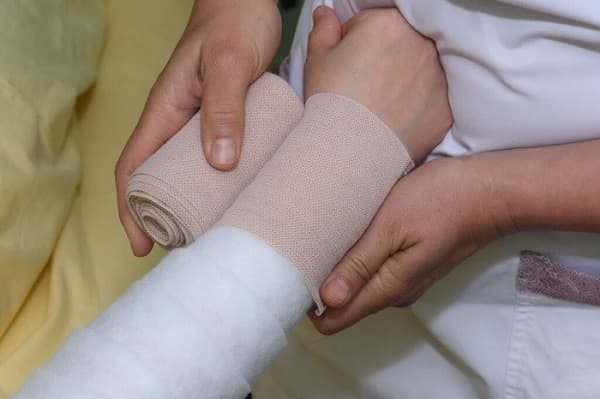 استفاده از باند و نوارهای چندلایه برای درمان لنف ادم