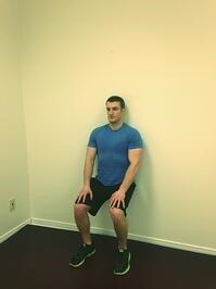 تمرین اسکوات به دیوار برای درمان زانو درد