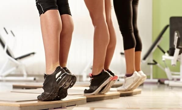 تمرین ایستادن روی پنجه پاها برای کشش تاندن آشیل