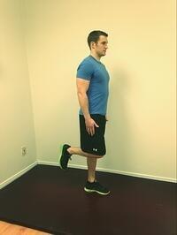 تمرین ایستادن روی یک پا برای درمان زانو درد