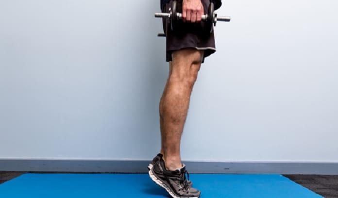 بلند کردن پاشنه برای تقویت عضلات زانو
