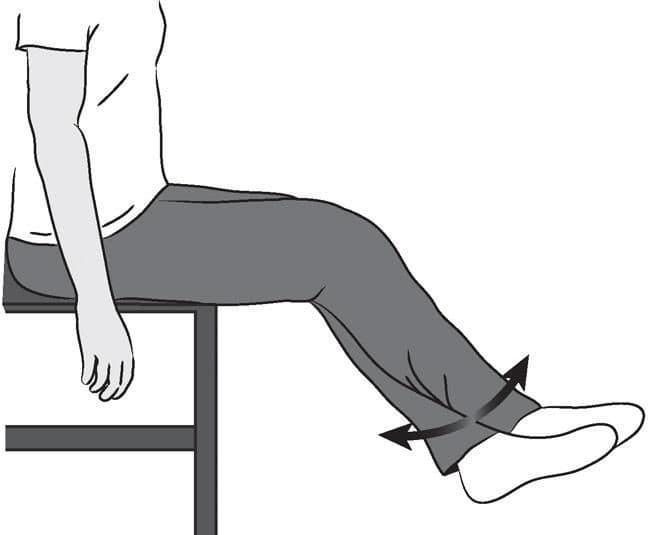 تمرین خم کردن زانو در حالت نشسته به کمک محاف برای صاف شدن زانو