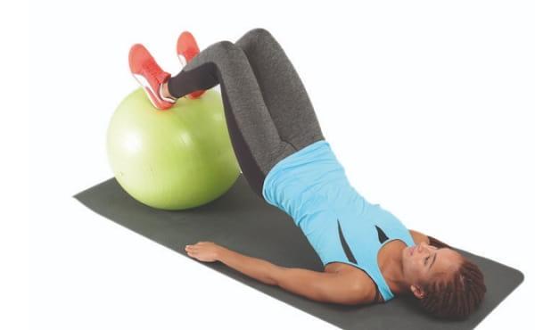 تمرین خم کردن پا با کمک توپ ورزشی برای تقویت عضلات همسترینگ