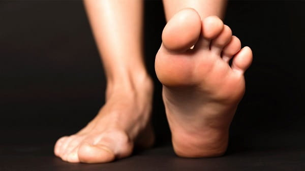 کشیدن پاهای خود هرشب قبل از خواب برای درمان گرفتگی عضلات پا