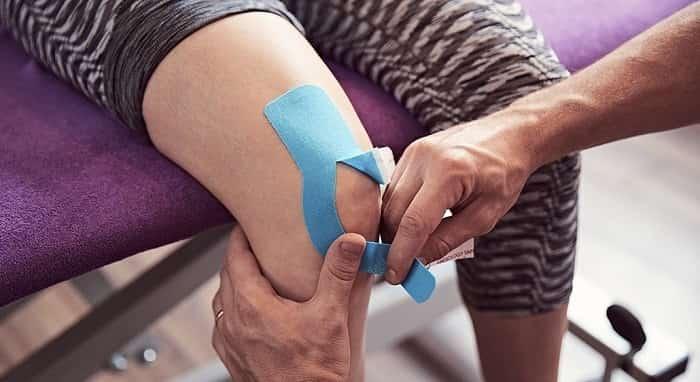 چسب زانو (کینزیوتیپینگ) چیست و چه کاربردهای درمانی دارد؟