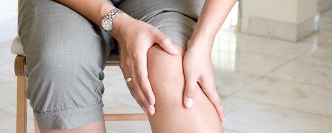 چه عواملی باعث درد زانو در هنگام خم شدن میشوند