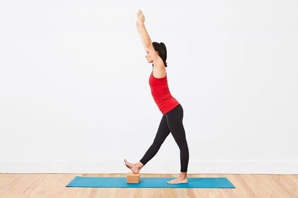 تمرین کشش ایستادهی همسترینگ (یک پا) برای تقویت عضلات همسترینگ