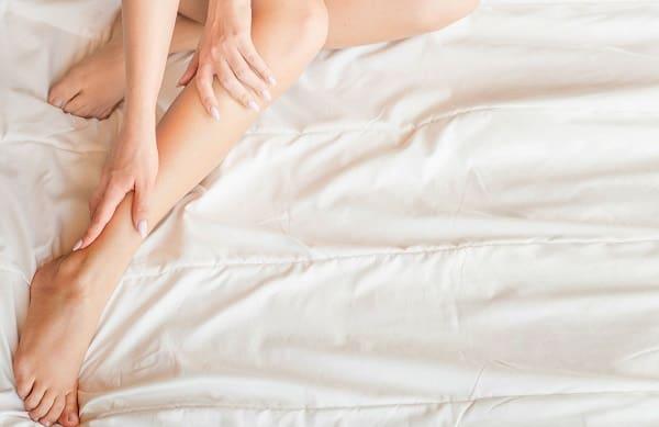 گرفتگی عضلات پا در خواب چه علتی دارد و درمان آن چیست
